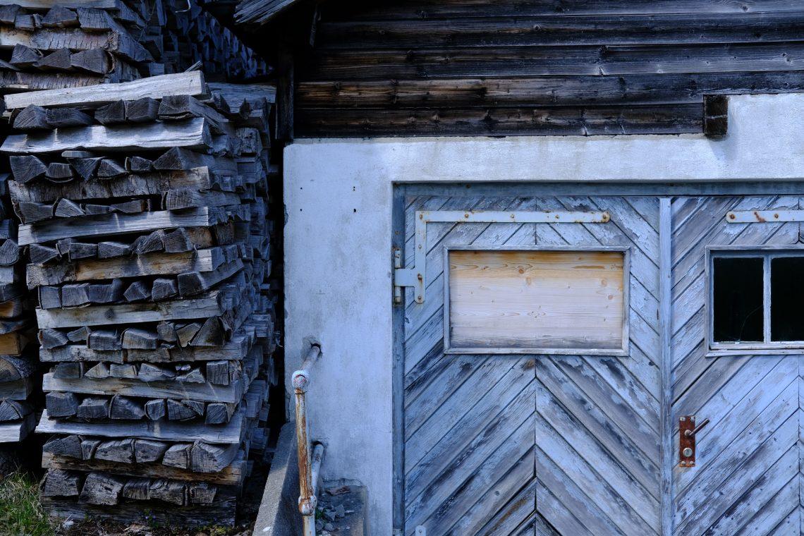 Une porte et quelques bûches à Engelberg