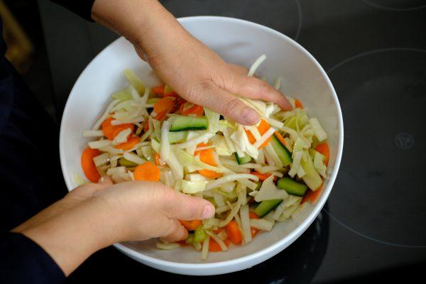 Une salade de petits légumes aigres-doux en préparation