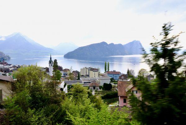 Une vue sur Vitznau depuis le petit train de Rigi