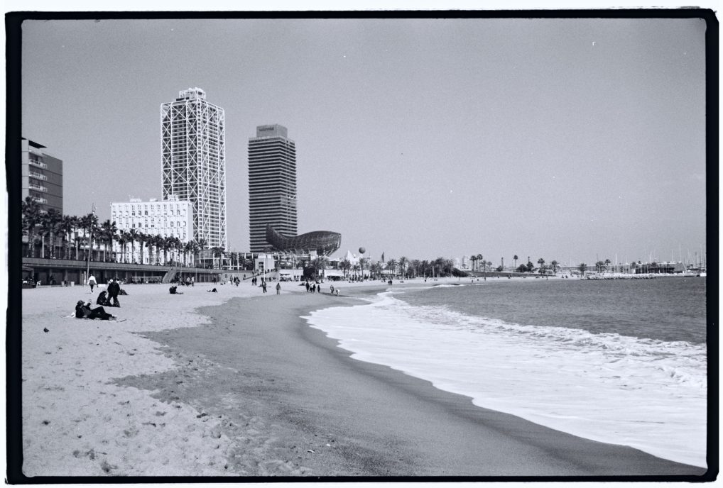 Barcelone en noir et blanc, ses buildings et sa plage urbaine © Yann Vernerie