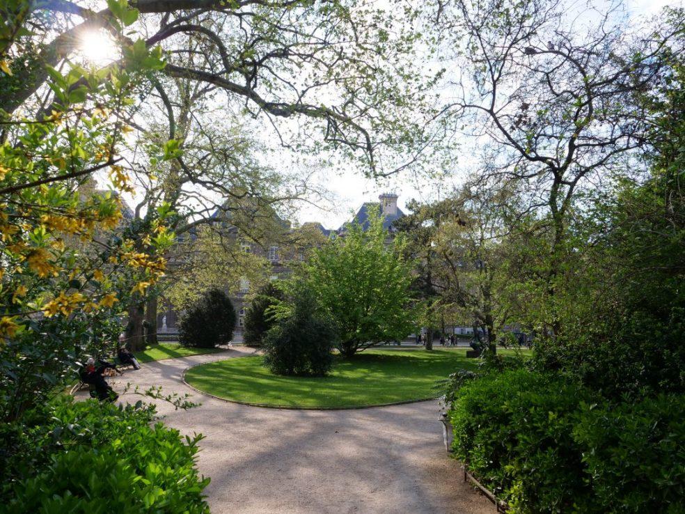 Dans les dédales de verdure dans le plus beau parc parisien