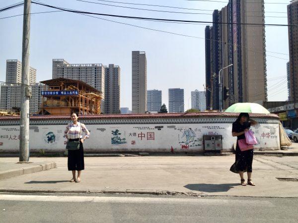 Dans les rues de Wuhan non loin de la tour 606