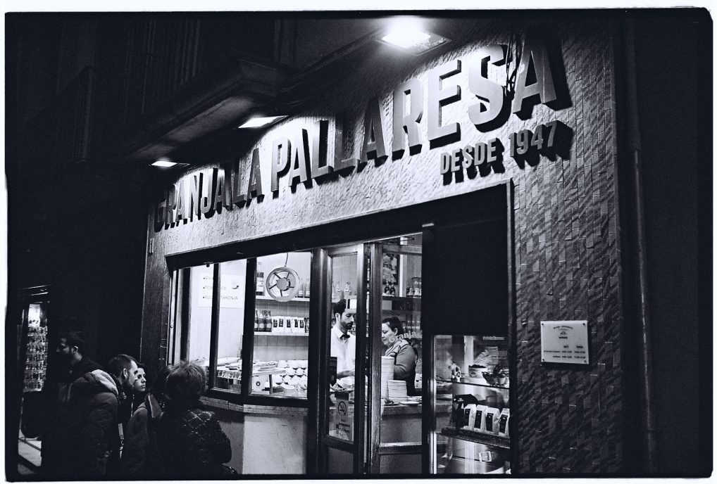 Dans l'une des rues les plus commerçantes de Barcelone, la nuit