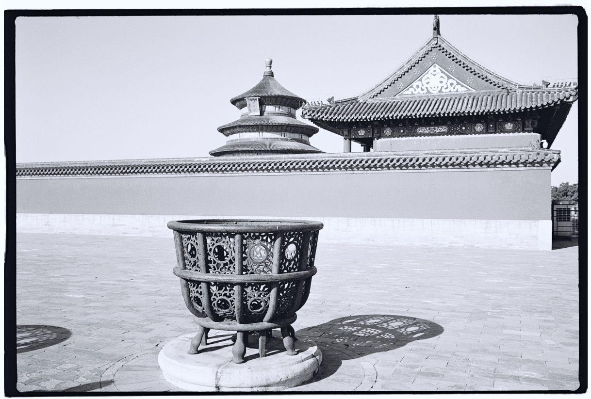 Découverte de l'enceinte du temple du Ciel, Pékin en noir et blanc