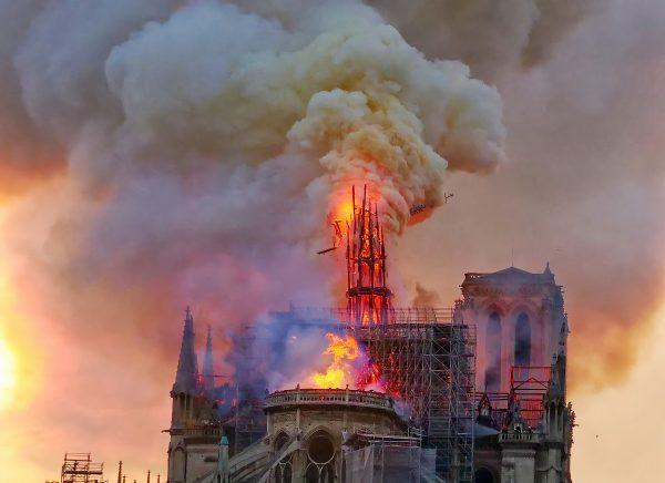La flèche de Notre Dame s'écroulera une heure après le début de l'incendie