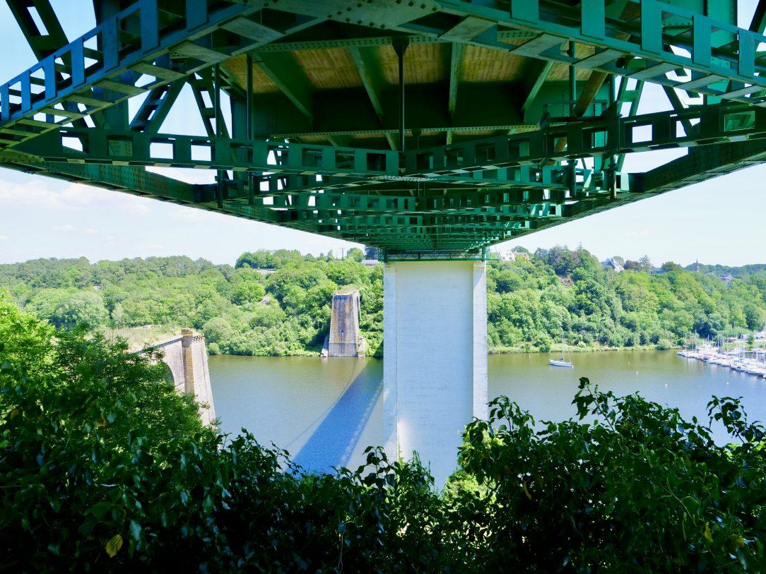 La vue sous le pont de la Roche-Bernard