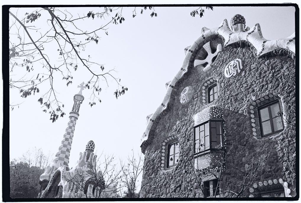 Le parc Güell en noir et blanc à Barcelone