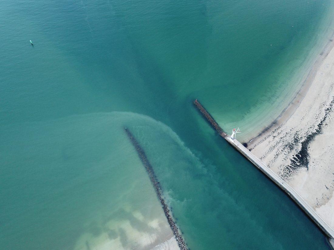 L'entrée du port à marée haute un jour sans vent