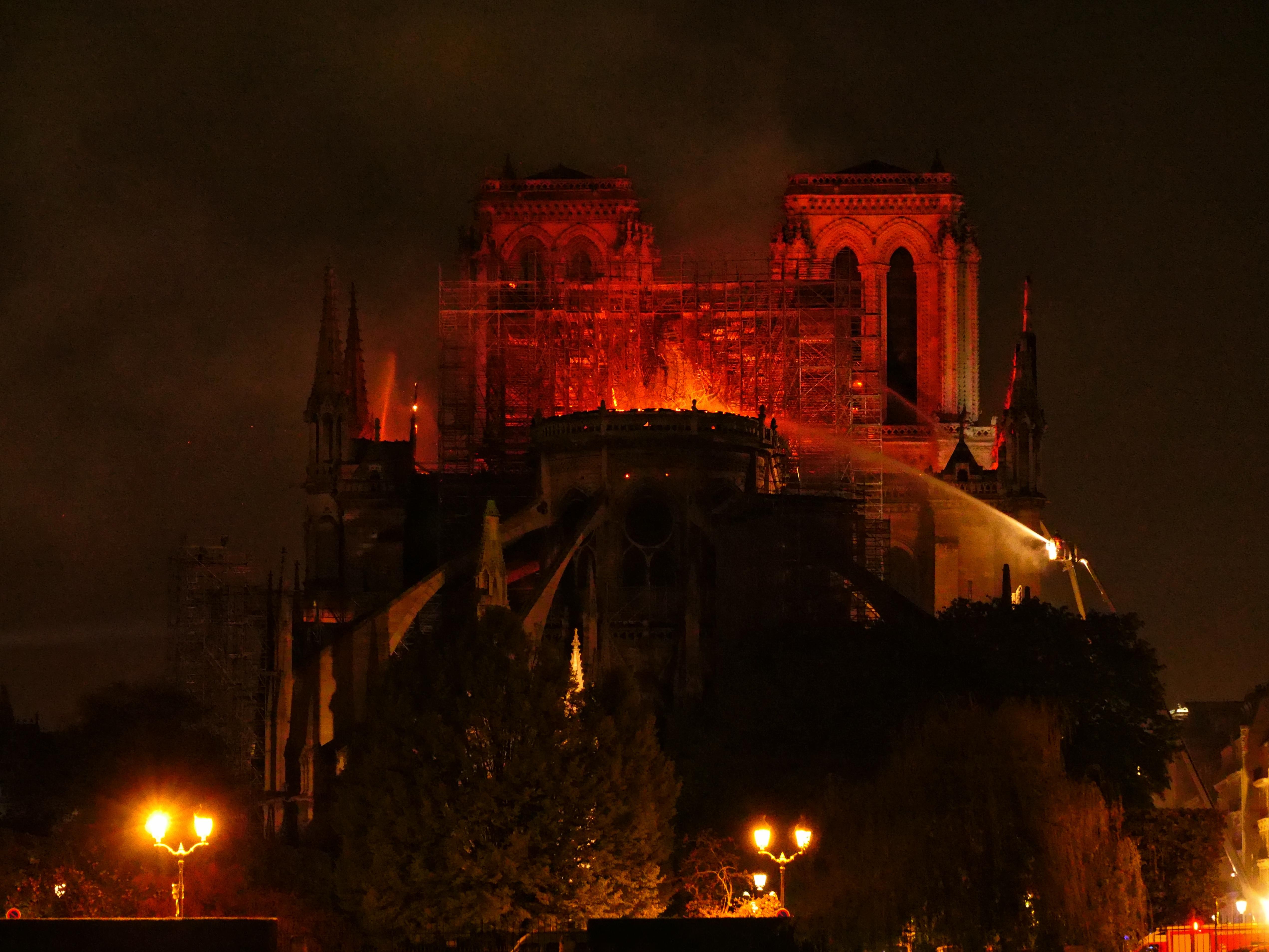 Les pompiers luttant dans la nuit pour essayer de sauver Notre Dame. Photo yann vernerie