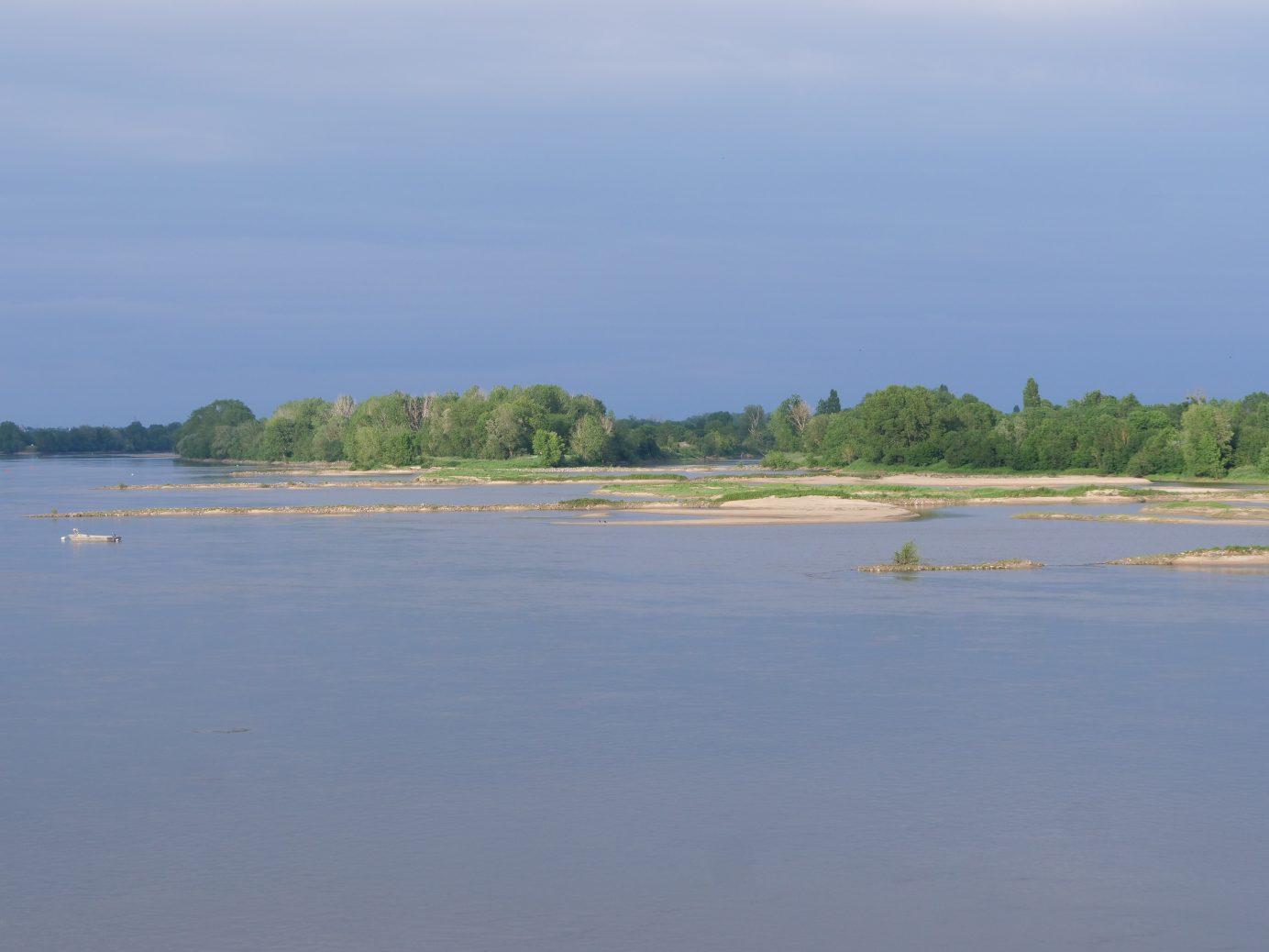 Les rives sablonneuses de la Loire vue depuis le pont d'Ancenis