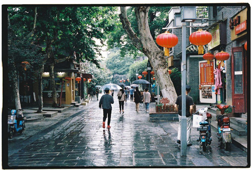 L'une des plus anciennes rue de Wuhan un jour de pluie