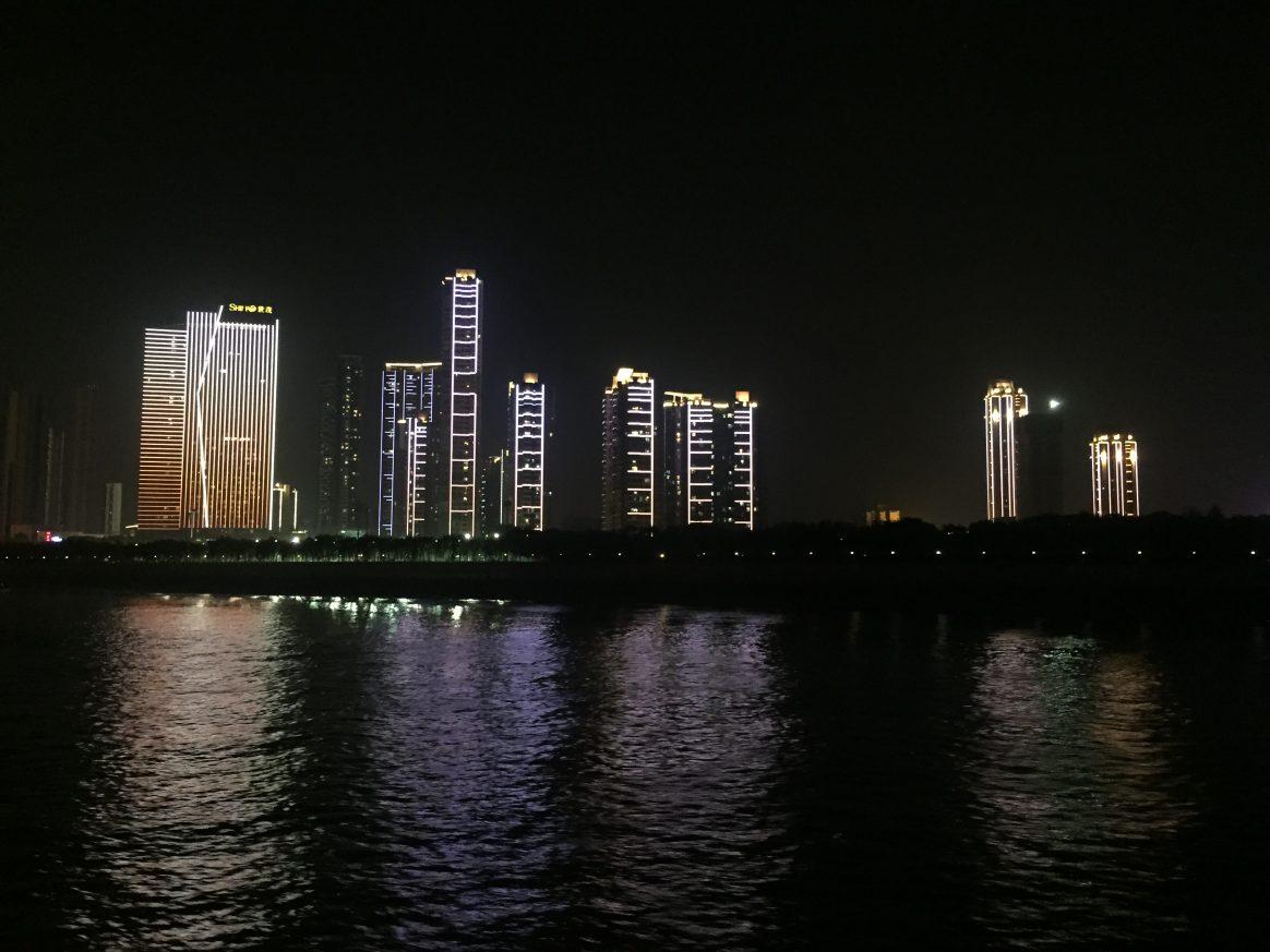 Quelques buildings énigmatiques la nuit à Wuhan