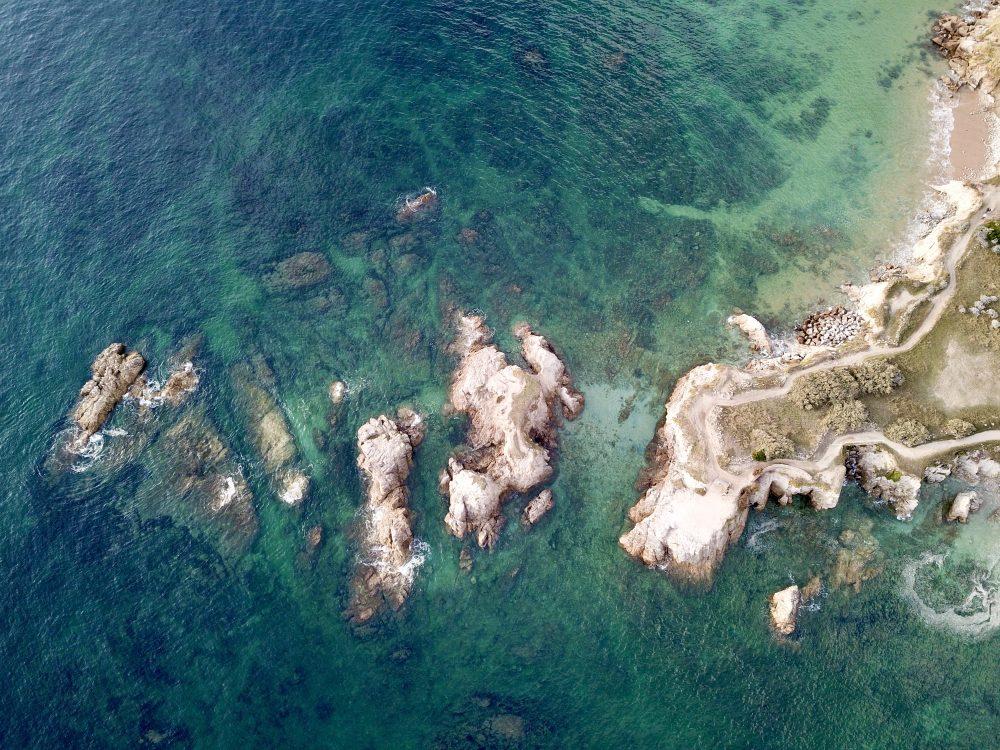 Quelques confettis de Granit à la plage de la Govelle
