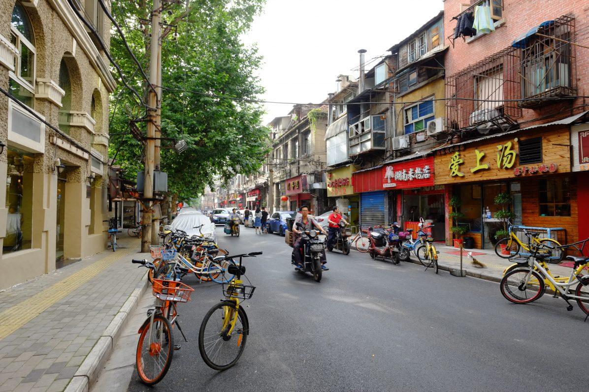 Quelques vélos en accès libre dans une petite rue commerçante de Wuhan