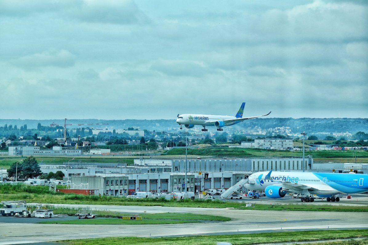 Un Airbus A350 1000 atterrissant à Orly