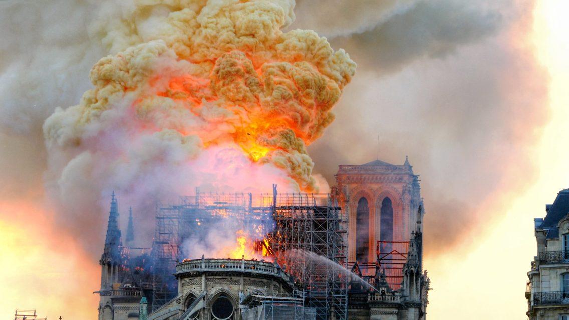Un énorme nuage de fumée mêlé aux flammes, photo Yann Vernerie