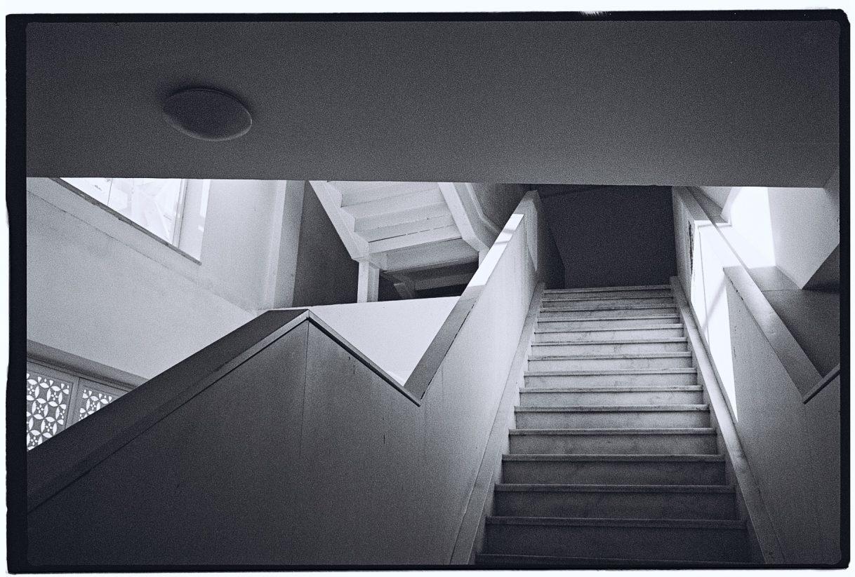 Un escalier dans un bâtiment moderne de Pékin