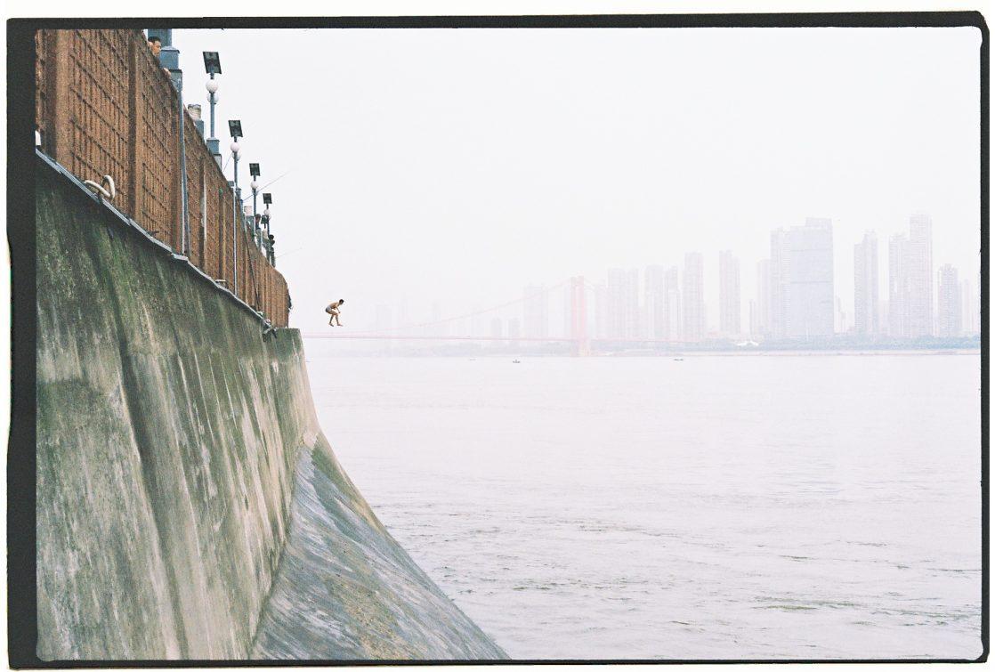 Un homme sautant dans les eaux tumultueuses du Yangtsé à Wuhan