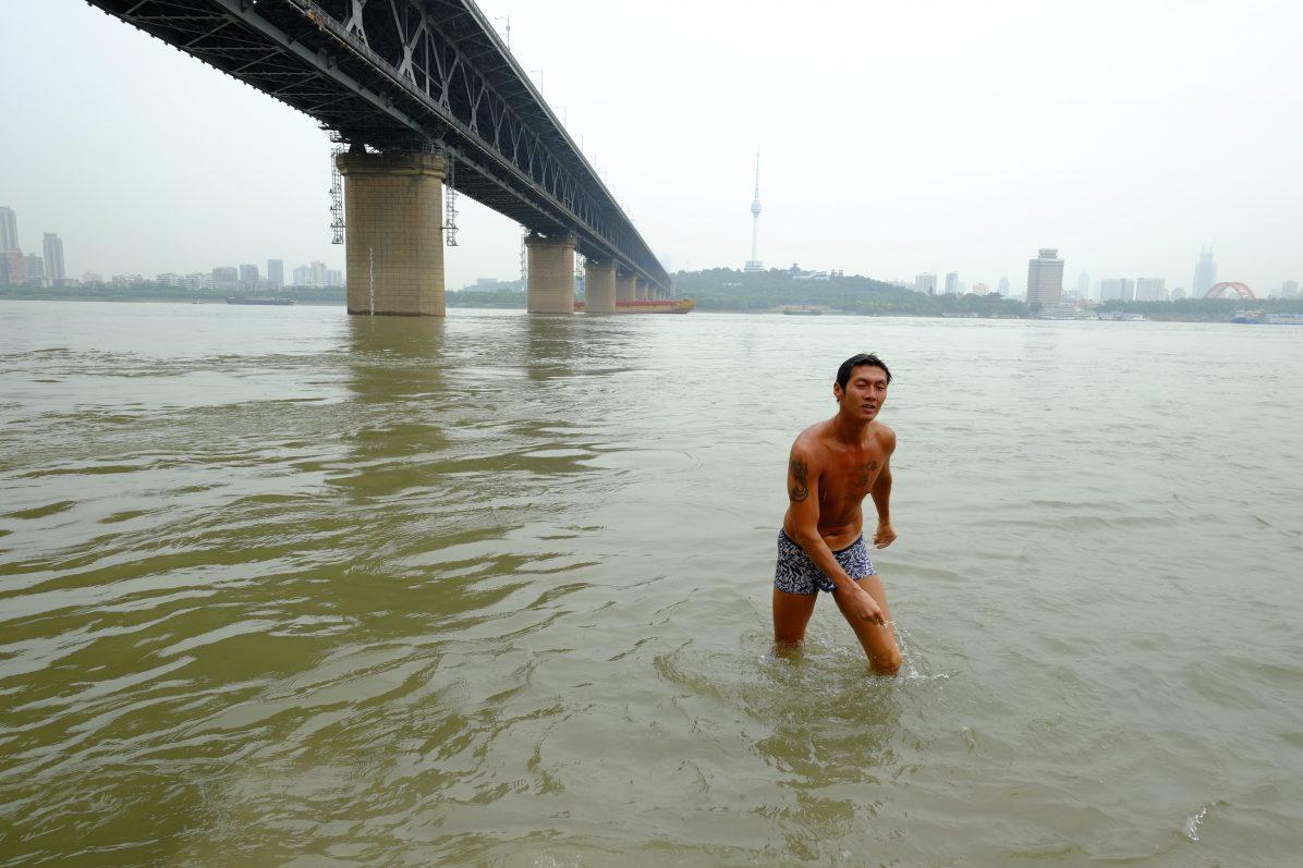 Un homme se baignant dans les eaux du fleuve Yangtsé à Wuhan