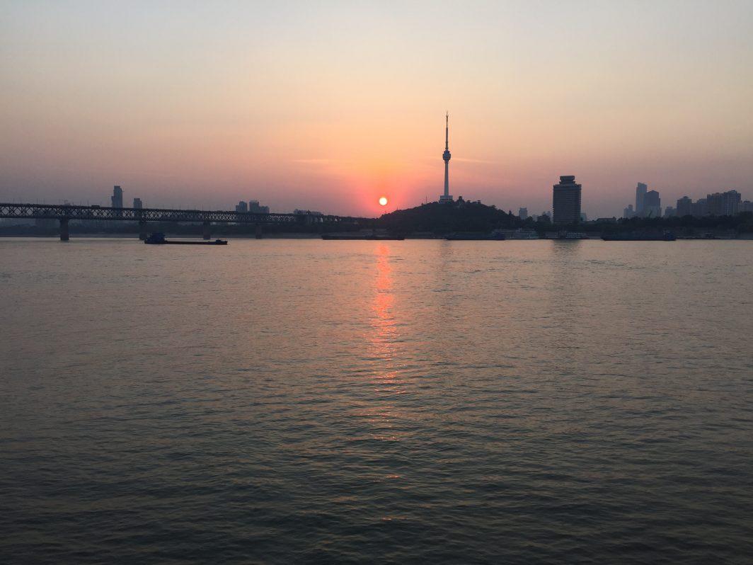 Un joli coucher de soleil sur le Yangtsé depuis la rive gauche