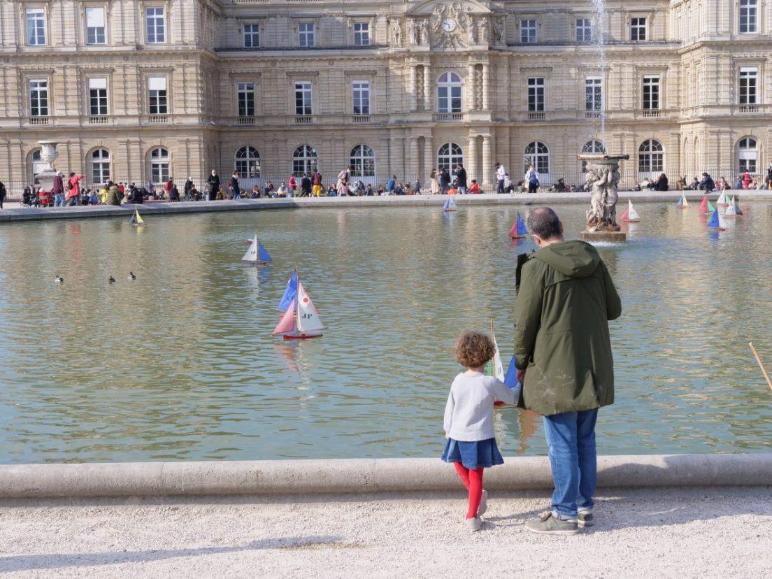 Un père et sa fille face au Palais du Luxembourg