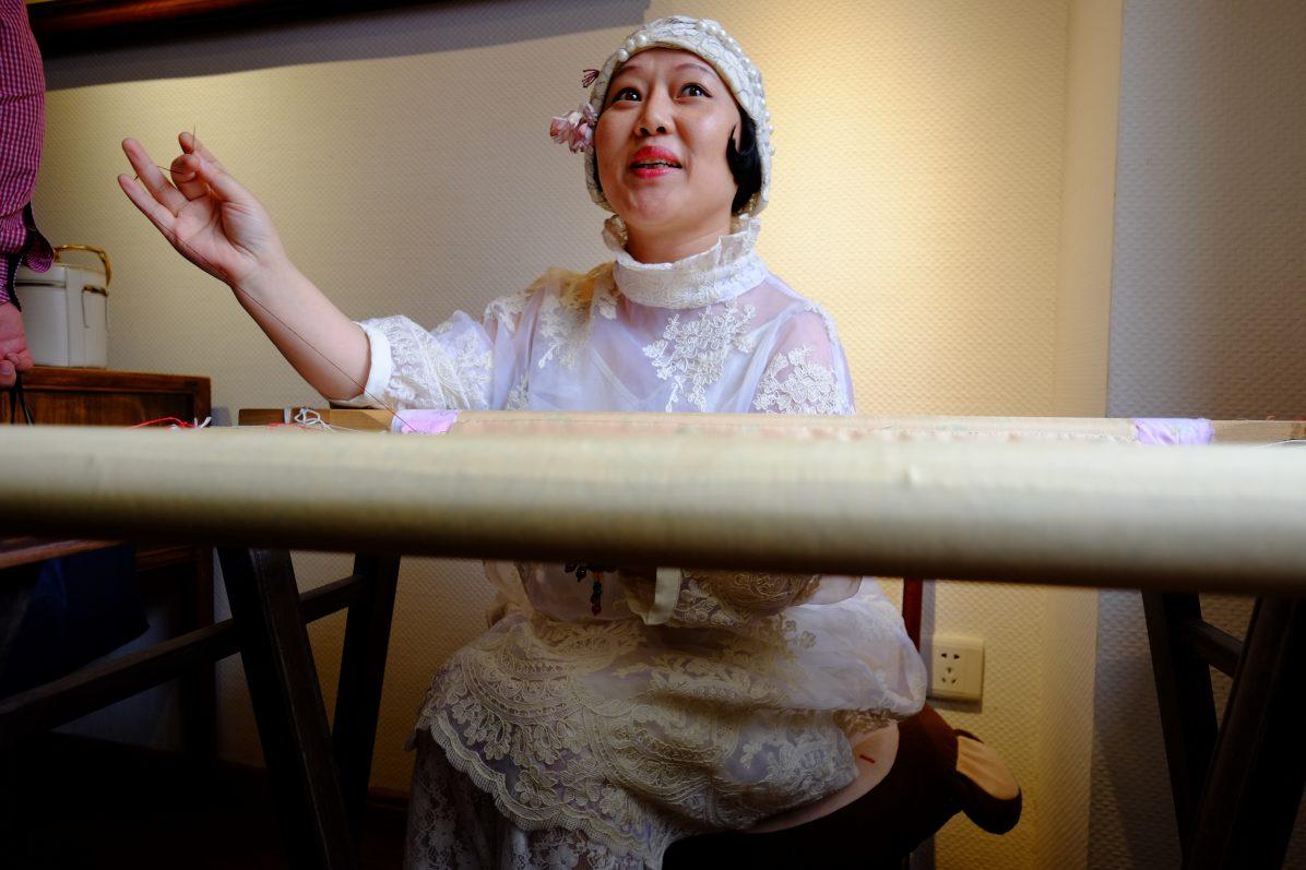 Une chinoise travaillant sur une pièce de tissus, la brodeuse de Wuhan