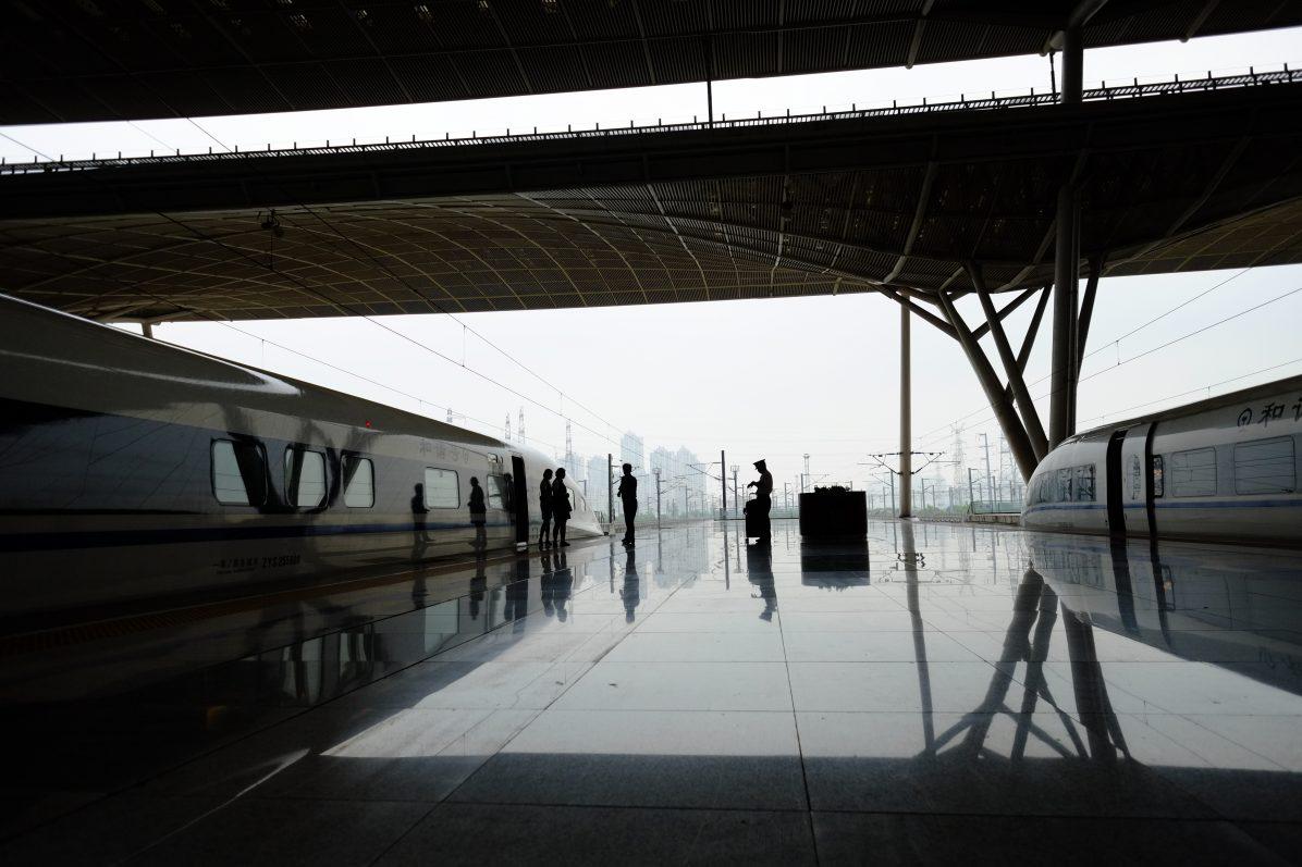 Une scène de vie habituelle sur les quais de la gare de Wuhan