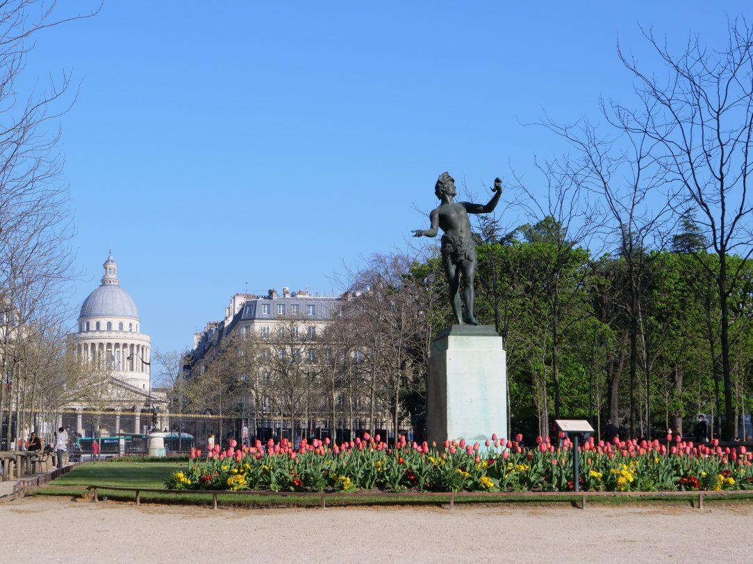 Une statue inspirée de la mythologie grecque et le Panthéon