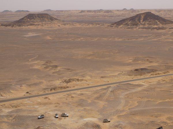 Une vue sur le désert noir en Egypte