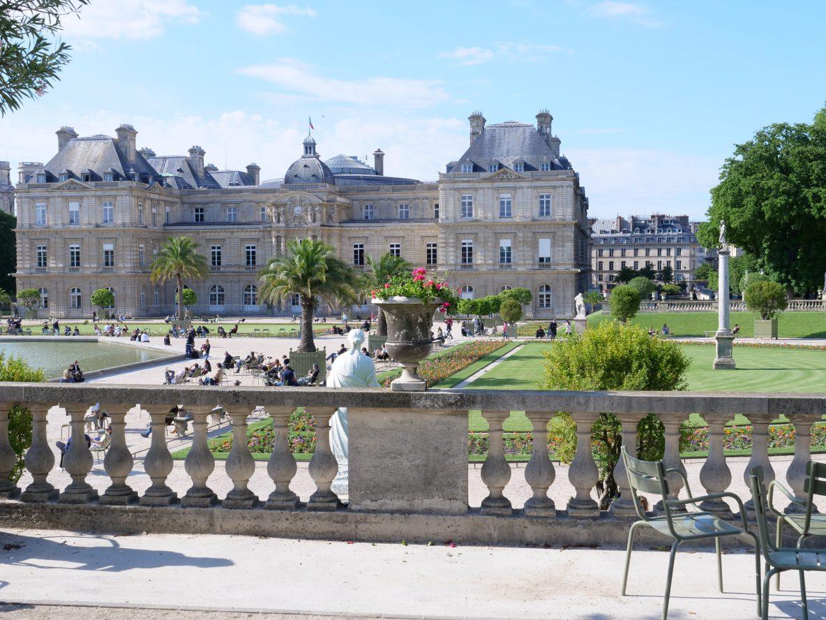 Une vue sur le jardin et le Palais du Luxembourg depuis un belvédère