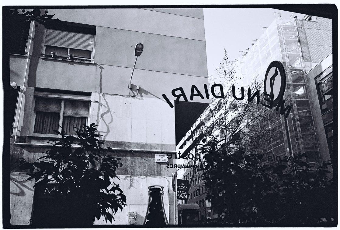 Vue sur Barcelone depuis un café