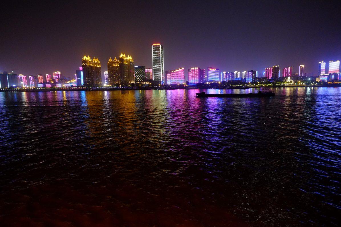 Wuhan une ville ultra moderne vue depuis le fleuve