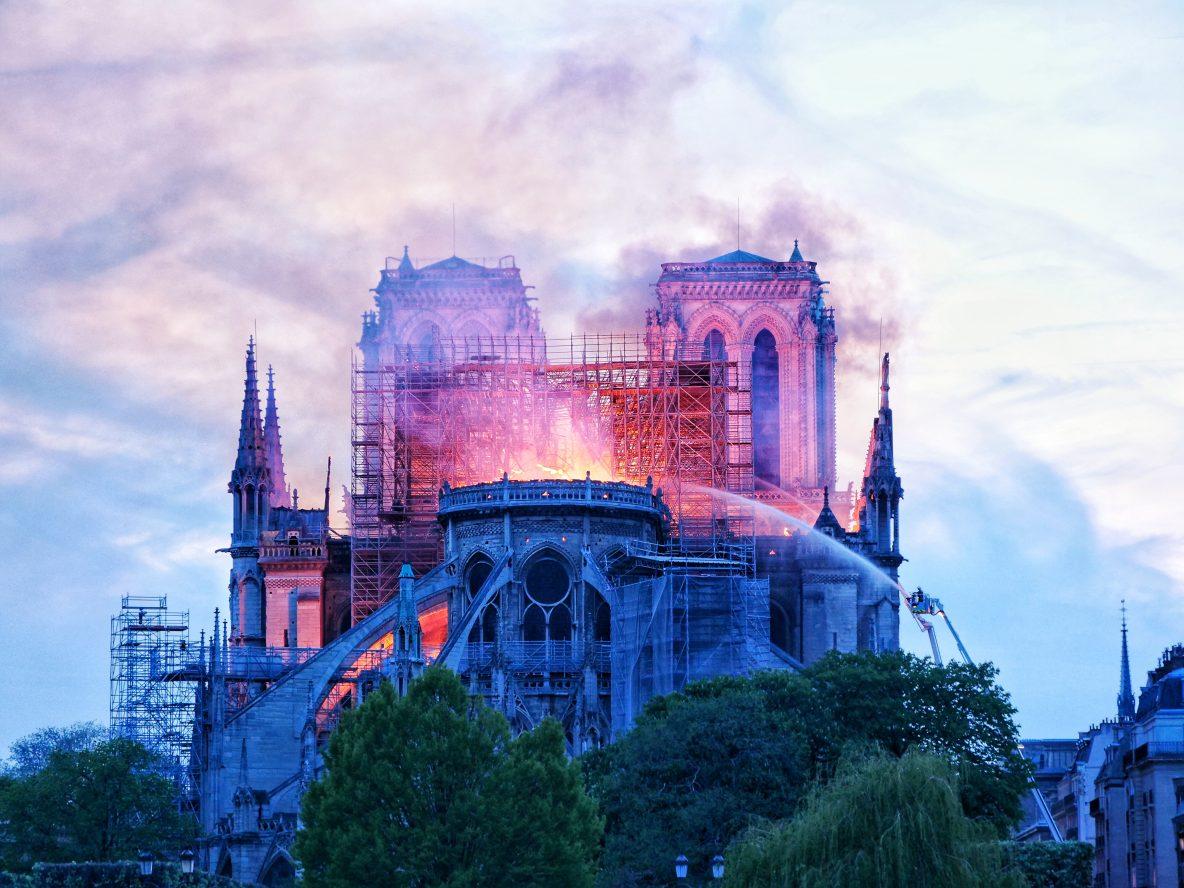 photographe Yann Vernerie, Notre Dame de Paris qui continue de brûler juste avant la nuit