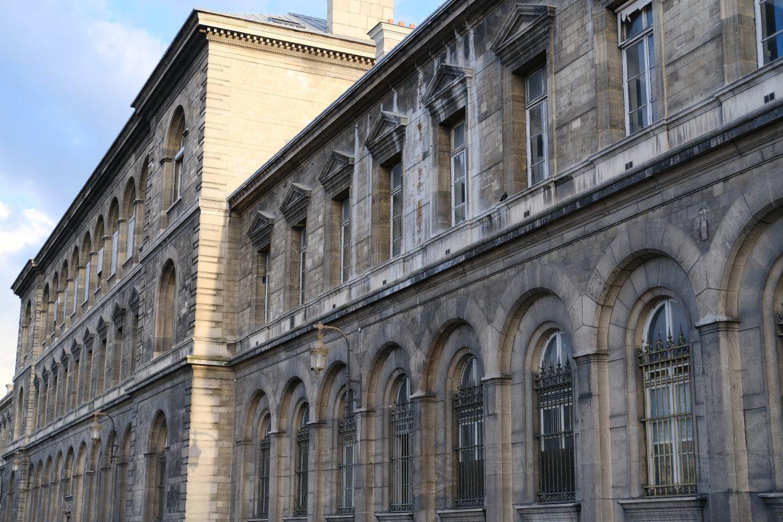 La façade de l'Hôtel Dieu sur l'île de la CitéLa façade de l'Hôtel Dieu sur l'île de la Cité