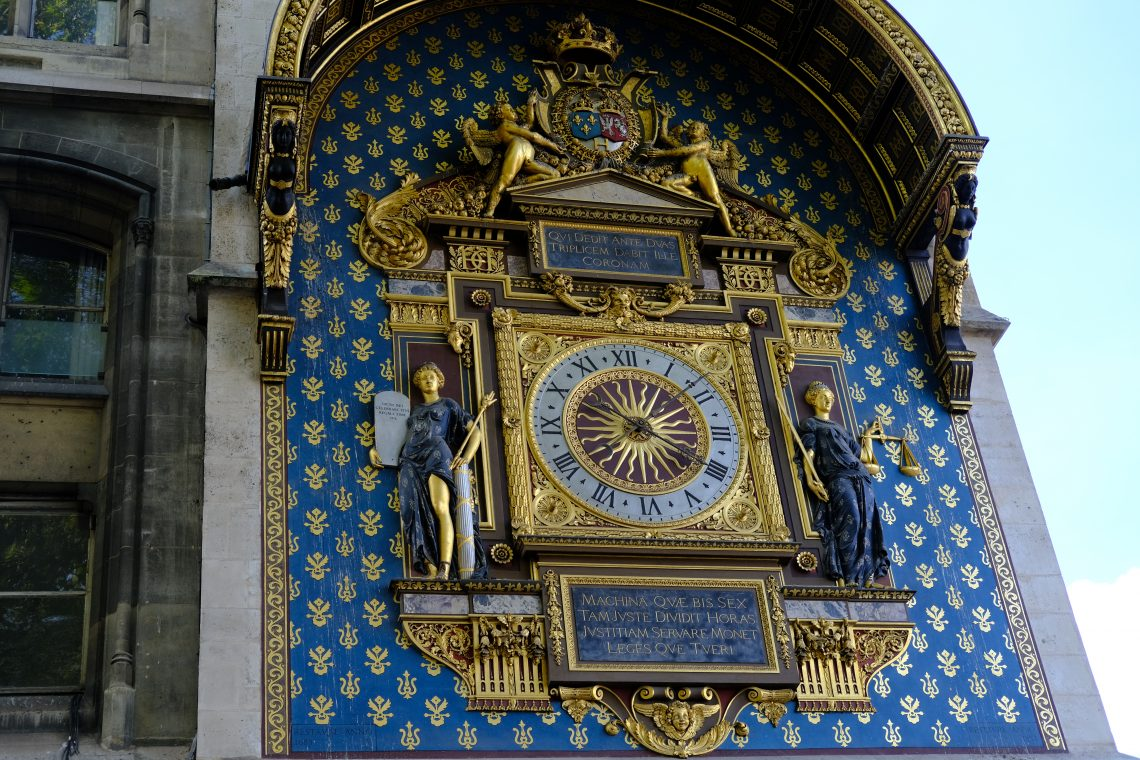 La première horloge publique de Paris sur la façade de la Conciergerie