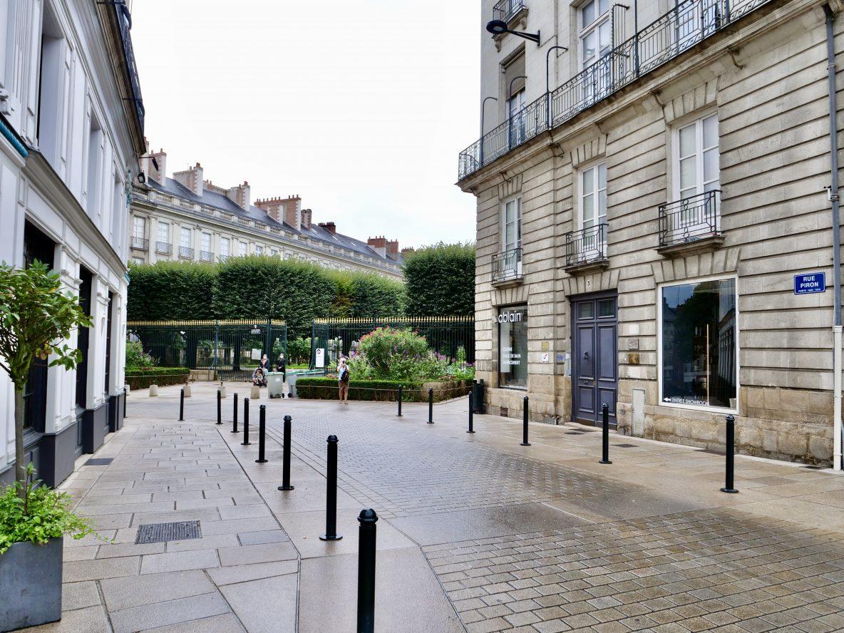 La rue Piron et les grille du cours Cambronne