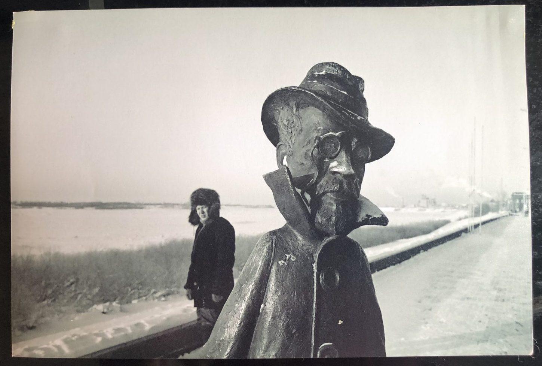 La statue d'Anton Tchekhov à Tomsk le long de la rivière Tom