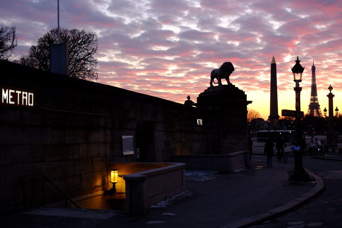 L'entrée du métro, le lion des Tuileries, l'Obélisque et la Tour Eiffel