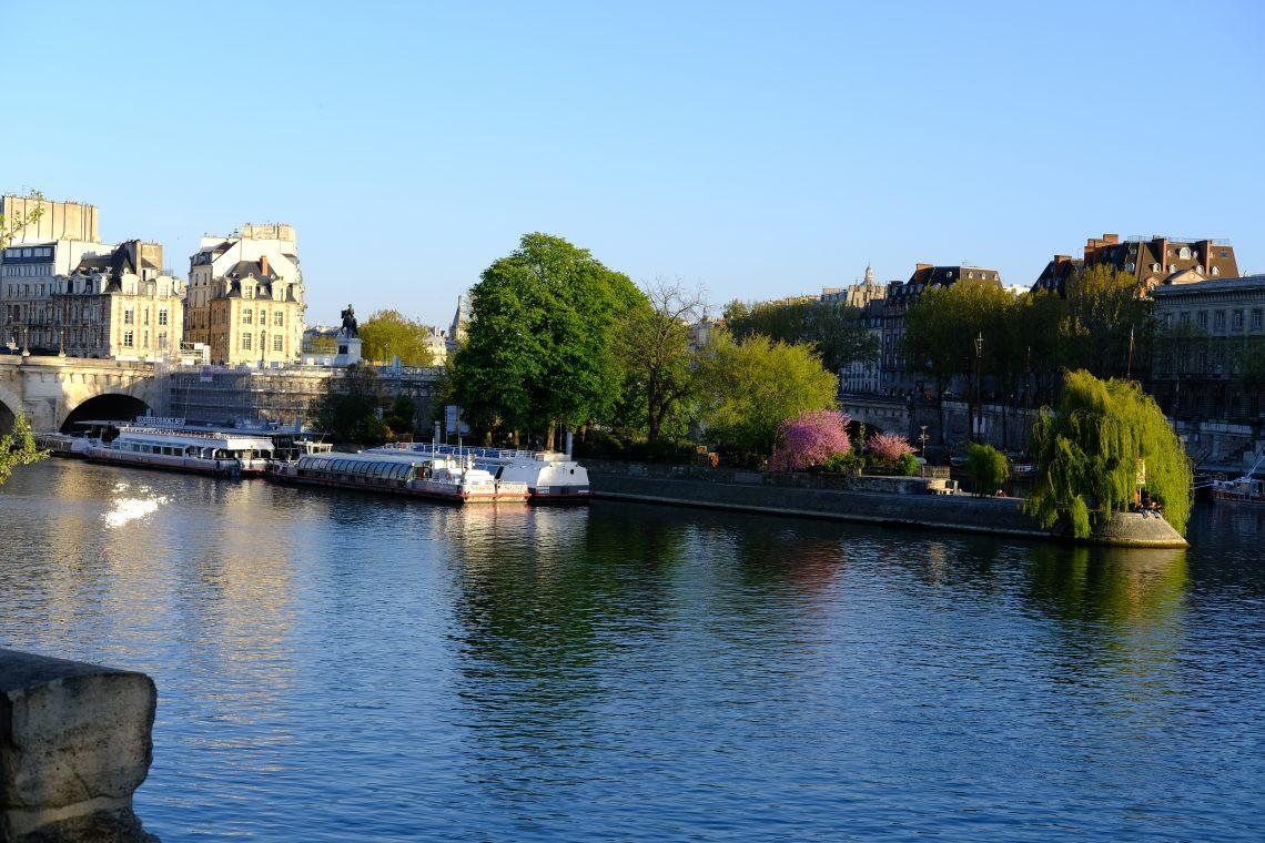 Les bateaux mouches et le square du Vert Galant