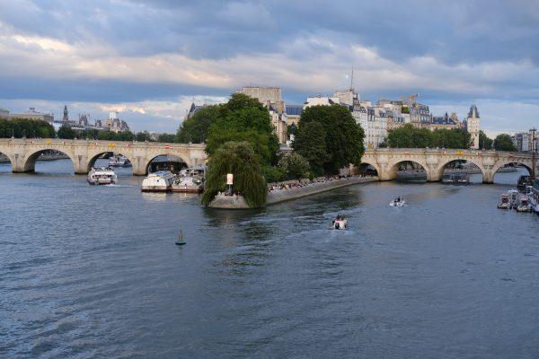 Les deux portions du Pont Neuf qui enjambe l'île de la Cité au centre de Paris