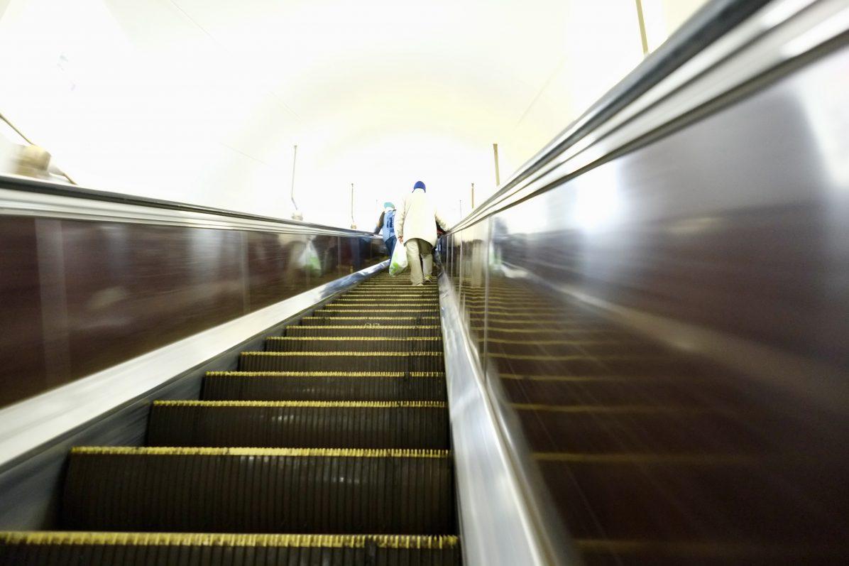 Les escalators qui conduisent à la station la plus profonde du monde