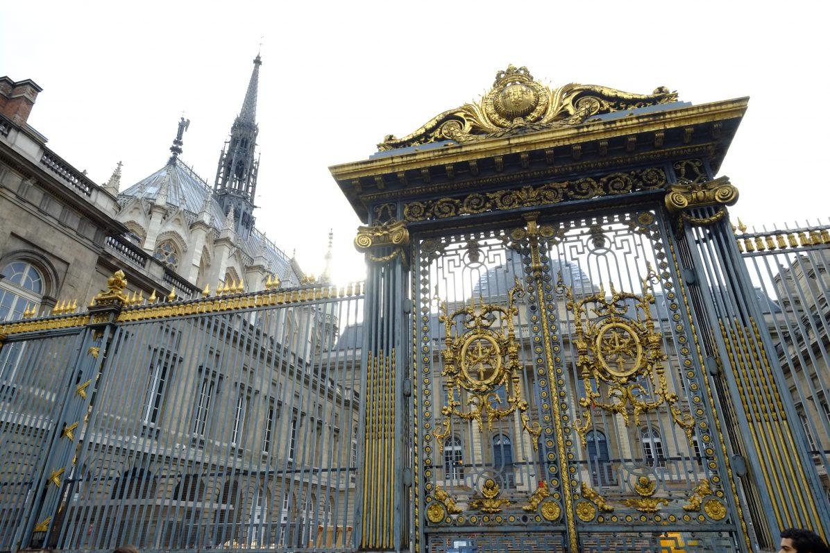 Les grilles du Palais de Justice et la flèche de la Sainte Chapelle