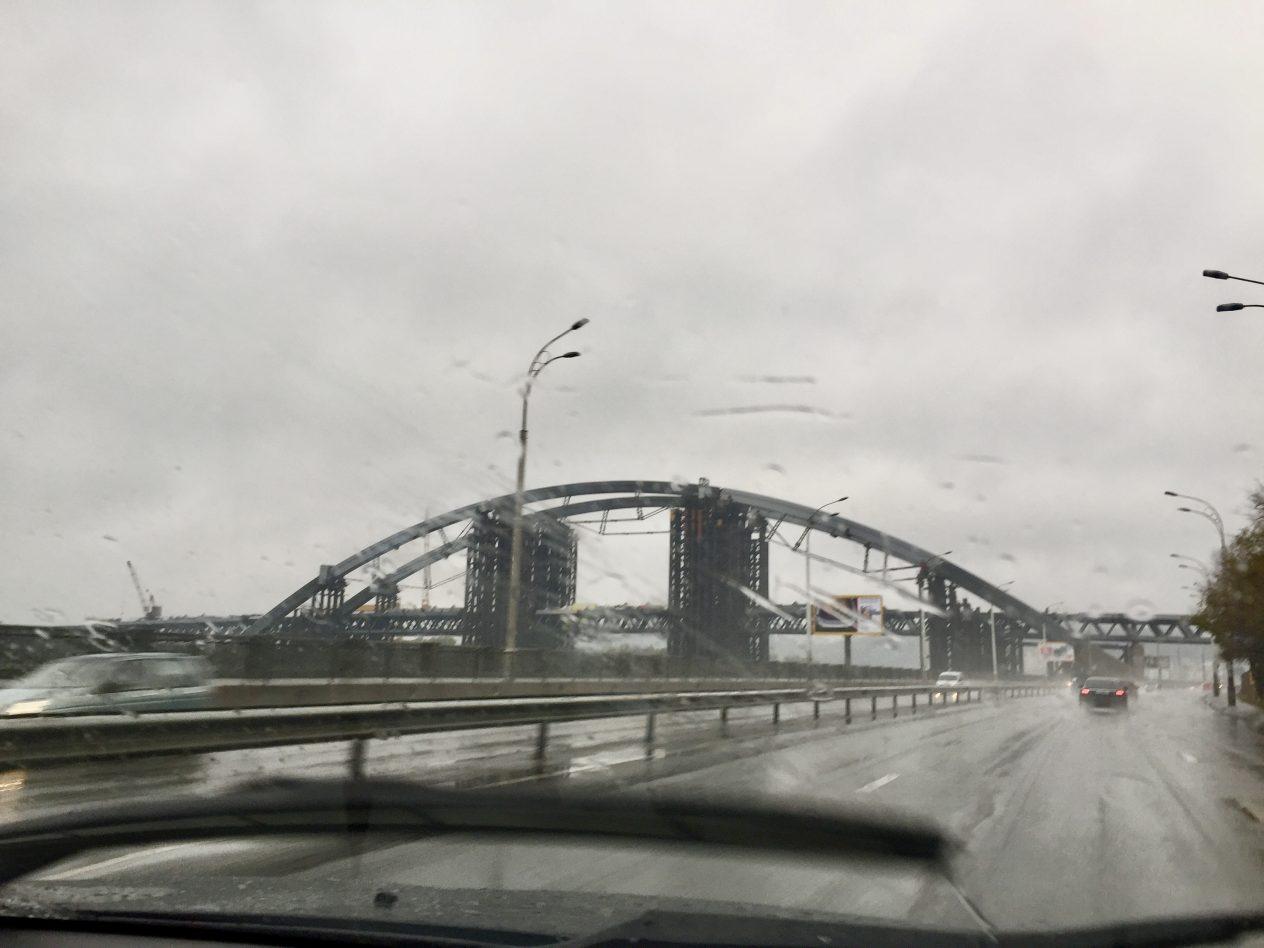 Un pont qui enjambe le Dniepr à Kiev