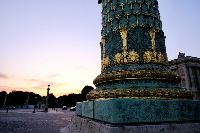 Une superbe colonne vert de gris à sur l'une des plus belles places de Paris