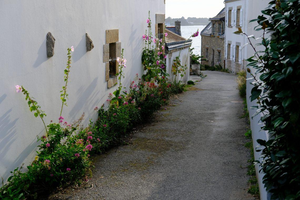 Dans les rues de Saint-Cado dans la commune de Belz