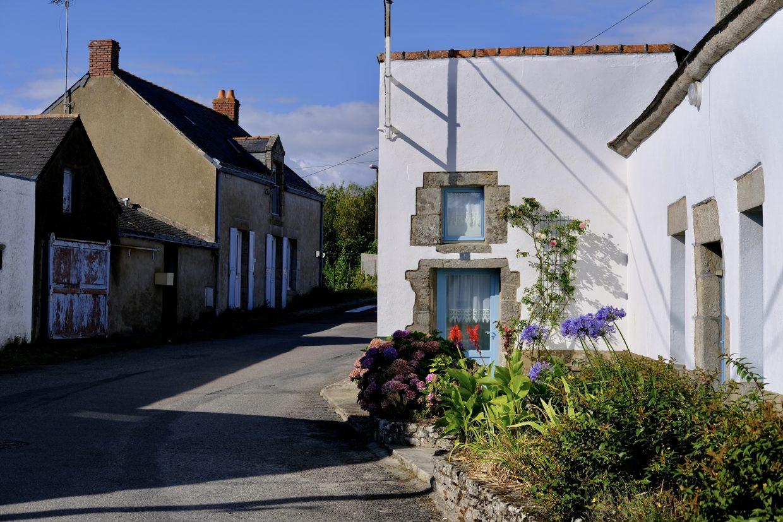 Dans les rues du village de Clis un petit village figé dans le temps