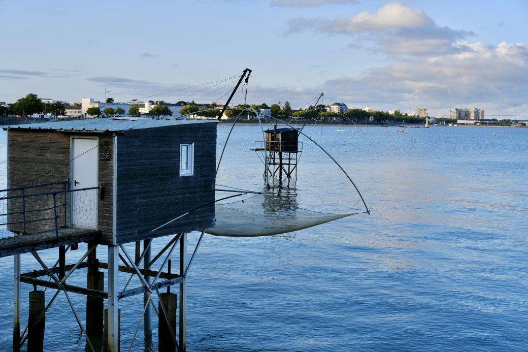 Des petites cabanes de pêcheurs dans l'estuaire de la Loire