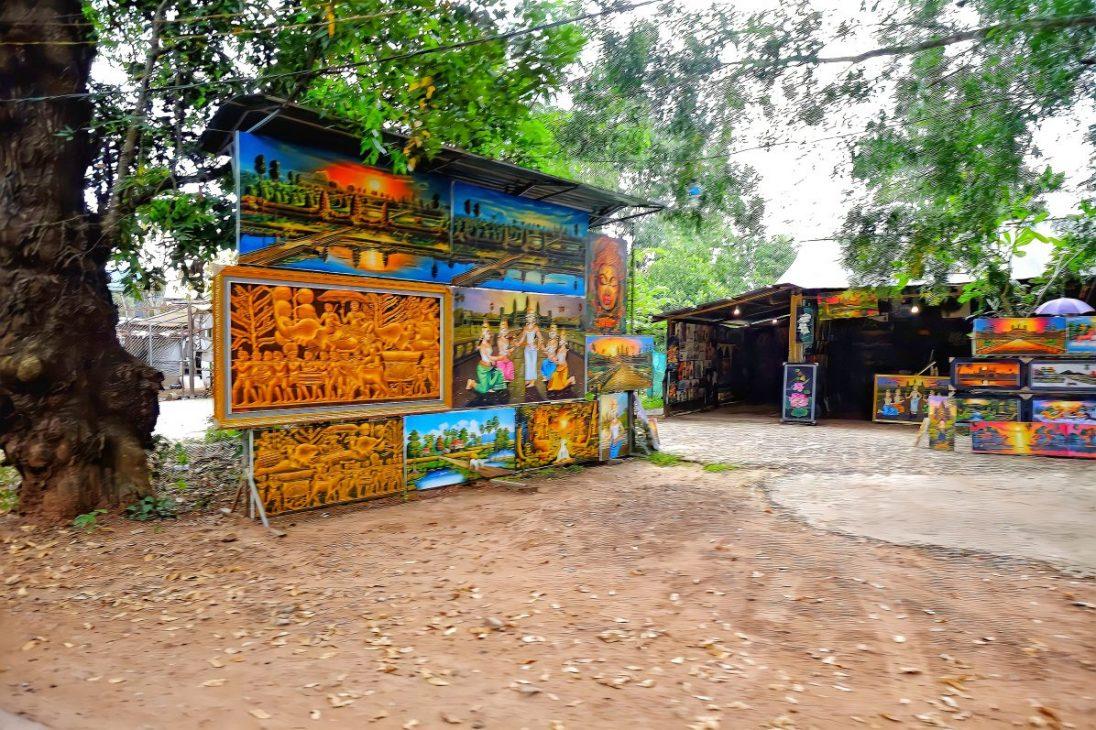 Des vendeurs de tableaux le long des routes des temples d'Angkor