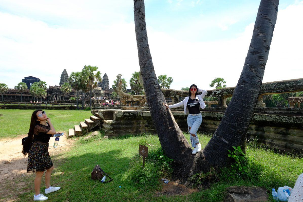 Deux touristes improvisant un shooting devant le temple d'Angkor