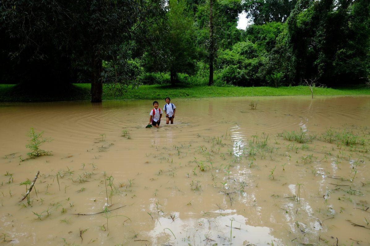 Entre les temples une rencontre fortuite avec des enfants cambodgiens rentrant de l'école